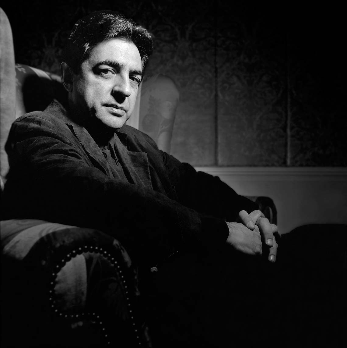 Joe Mantegna in chair portrait cool, Andy Goodwin Photography